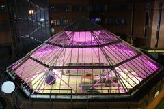 在一个购物中心的屋顶的一座霓虹玻璃金字塔在利兹,英国 图库摄影