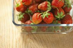 在一个玻璃容器的草莓果子 免版税图库摄影