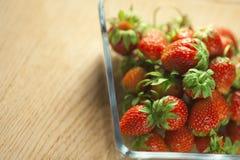在一个玻璃容器的草莓果子 免版税库存照片