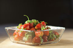 在一个玻璃容器的草莓果子 库存照片