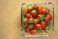 在一个玻璃容器的草莓果子 免版税库存图片