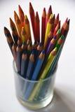 在一个玻璃杯子的五颜六色的铅笔 免版税库存照片