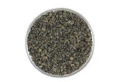 在一个玻璃杯子的几片干绿色茶叶 库存照片