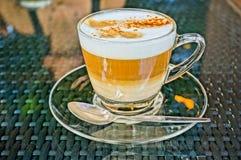 在一个玻璃杯子的咖啡热奶咖啡。HDR图片 免版税库存图片