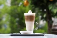 在一个玻璃杯子的咖啡 图库摄影