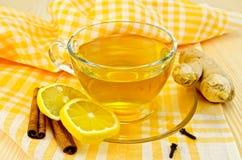 在黄色餐巾的茶姜 免版税库存照片