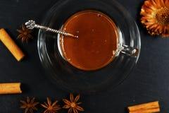 在一个玻璃杯子的热巧克力 库存图片