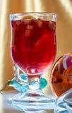 在一个玻璃杯子的热的被仔细考虑的酒 库存图片