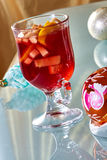 在一个玻璃杯子的热的被仔细考虑的酒 免版税库存照片