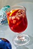 在一个玻璃杯子的热的被仔细考虑的酒 图库摄影