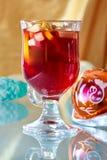 在一个玻璃杯子的热的被仔细考虑的酒 免版税库存图片
