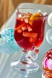 在一个玻璃杯子的热的被仔细考虑的酒 库存照片