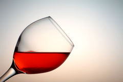在一个玻璃杯子的红葡萄酒 免版税库存照片