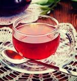 在一个玻璃杯子的茶 葡萄酒减速火箭的行家样式版本 免版税库存图片
