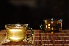 在一个玻璃杯子的绿茶 库存照片