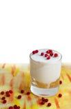 在一个玻璃烧杯的冰淇凌用红色莓果 库存图片