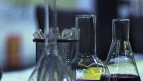 在一个玻璃烧瓶的液体试剂紫罗兰 化工研究 股票视频
