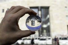在一个玻璃球的那不勒斯视图中央邮政办公室 免版税库存照片