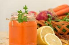 在一个玻璃瓶子和菜的红萝卜圆滑的人 吃健康 免版税库存图片