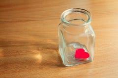 在一个玻璃瓶子困住的心脏-系列3 库存照片