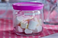 在一个玻璃瓶子的五颜六色的蛋白软糖 免版税库存照片