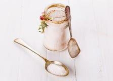 在一个玻璃瓶子的喜马拉雅桃红色盐在木背景 库存照片