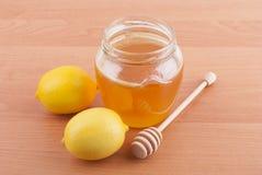 在一个玻璃瓶子的新鲜的蜂蜜 库存照片