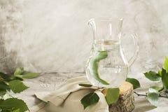 在一个玻璃瓶子的桦树树汁 免版税库存图片