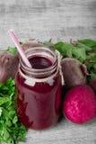 在一个玻璃瓶子的甜菜鸡尾酒在木背景 削减甜菜根和绿色 健康菜圆滑的人 复制空间 库存照片