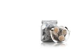 在一个玻璃瓶子的硬币反对,储款铸造-投资和兴趣概念挽救金钱概念,在存钱罐的生长金钱 免版税库存照片