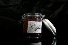 在一个玻璃瓶子的碾碎的咖啡 免版税图库摄影