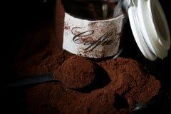 在一个玻璃瓶子的碾碎的咖啡 库存图片