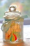 在一个玻璃瓶子的糖果 免版税库存照片