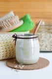 在一个玻璃瓶子的自创燕麦粥面具 柔和为敏感性皮肤洗刷 免版税库存图片