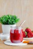 在一个玻璃瓶子的自创草莓面罩 Diy化妆用品 免版税库存照片