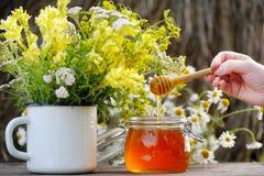在一个玻璃瓶子的芬芳,新鲜,金黄蜂蜜 免版税库存图片
