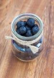在一个玻璃瓶子的蓝莓 免版税库存图片