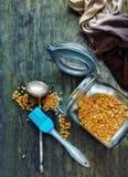 在一个玻璃瓶子的豌豆沙粒 免版税库存图片