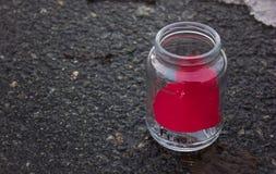 在一个玻璃瓶子的重点 易碎 背景石头 免版税库存图片