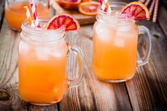 在一个玻璃瓶子的非酒精血橙鸡尾酒 图库摄影