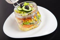在一个玻璃瓶子的素食彩虹沙拉夏天野餐的 趋势 库存照片