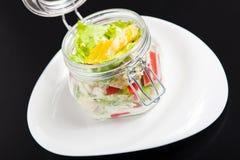 在一个玻璃瓶子的素食彩虹沙拉夏天野餐的 趋势 免版税库存照片