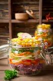 在一个玻璃瓶子的素食彩虹沙拉夏天野餐的 免版税库存图片