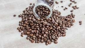 在一个玻璃瓶的咖啡豆在木背景 库存图片