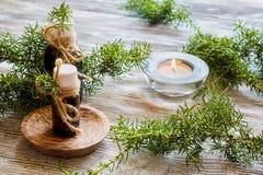 在一个玻璃瓶的杜松精油在一张木桌上 使用在医学、化妆用品和芳香疗法 免版税图库摄影