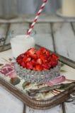 在一个玻璃碗的切的草莓在葡萄酒黏土 库存图片