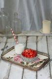 在一个玻璃碗的切的草莓在葡萄酒黏土 免版税图库摄影