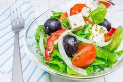 在一个玻璃碗的希腊沙拉 库存照片