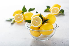 在一个玻璃碗的新鲜的柠檬 免版税库存照片