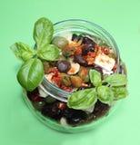 在一个玻璃碗的混杂的橄榄,素食开胃菜 免版税库存照片